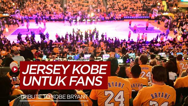 Berita Video The Lakers memberikan penghormatan kepada Kobe Bryant dengan meletakan seluruh bangku di Staples Center dengan jersey Kobe.