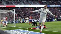 Penyerang Real Madrid, Gareth Bale, melakukan selebrasi usai membobol gawang Atletico Madrid pada laga La Liga di Stadion Wanda Metropolitano, Sabtu (9/2). Real Madrid menang 3-1 atas Atletico Madrid. (AP/Manu Fernandez)
