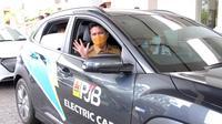 Emil Elestianto Dardak uji coba mobil listrik milik PT Pembangkitan Jawa Bali (PJB). (Dian Kurniawan/Liputan6.com)