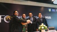 Sekjen AFC, Dato Windsor Jhon (kedua dari kanan), siap membantu dan bekerja sama dengan PSSI. (Bola.com/Benediktus Gerendo Pradigdo)