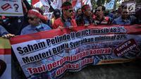 Peserta membentangkan spanduk tutuntan saat menggelar aksi unjuk rasa di depan kantor Kementerian BUMN, Jakarta, Senin (31/7). (Liputan6.com/Faizal Fanani)