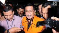 Bupati Nganjuk Taufiqurrahman (tengah) saat meninggalkan gedung KPK Jakarta, Kamis (26/10). Taufiqurrahman ditahan KPK melalui OTT terkait dugaan suap perekrutan dan pengelolaan ASN/PNS di Kabupaten Nganjuk. (Liputan6.com/Helmi Fithriansyah)