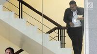 Wali Kota Tasikmalaya Budi Budiman menaiki anak tangga menuju ruang pemeriksaan di gedung KPK, Jakarta, Selasa (14/8). Budi diperiksa sebagai saksi terkait dugaan suap APBN-P tahun 2018.merdeka.com/dwi narwoko. (Merdeka.com/Dwi Narwoko)