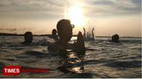 Terapi berendam matahari tenggelam di PPM Kota Probolinggo, Jawa Timur. (Happy L./TIMES Indonesia)