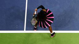 Aksi petenis putri Amerika Serikat, Serena Williams saat melawan Vania King pada turnamen AS Terbuka 2016 di USTA Billie Jean King National Tennis Center, New York (1/9/2016). (AFP/Jewel Samad)