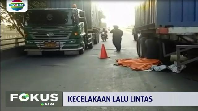 Seorang pengendara sepeda motor tewas terlindas truk kontainer saat melintas di jalan layang Bintang Mas, Pademangan, Jakarta Utara.