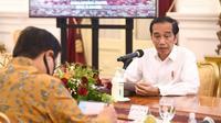 Presiden Jokowi fokus 3T testing, tracing, dan treatment dengan prioritas khusus 8 provinsi yaitu Jatim, DKI Jakarta, Jabar, Sulsel, Jateng, Sumut, dan Papua, (serta Kalsel) saat memimpin rapat terbatas COVID-19 di Istana Merdeka, Jakarta, Senin (13/7/2020). (Dok Kementerian Sekretariat Negara)