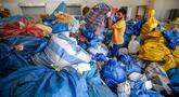 Pekerja pos Palestina memilah karung berisi surat yang sebelumnya diblokade Israel sejak tahun 2010 di kota Jericho, Tepi Barat, 14 Agustus 2018. Surat-surat dan berbagai kiriman dari 2010 hingga tahun ini sebelumnya ditahan di Yordania (AFP/ABBAS MOMANI)
