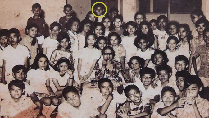 Foto yang tidak bertanggal yang diperoleh dari Bandung ini menunjukkan Barack Obama (Lingkaran Kuning) pada tahun 1970-an, berfoto dengan teman-teman sekolah dasarnya di SDN 1 Menteng Jakarta. (Restricted To Editorial Use AFP Photo/Ho)