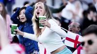 Suporter Timnas Inggris tampak histeris saat menyaksikan pertandingan melawan Denmark pada laga semifinal Euro 2020 di Stadion Wembley, Kamis (8/7/2021). (Foto:AP/Matt Dunham,Pool)