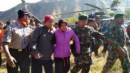 Seorang pendaki saat tiba di samping Kantor Kecamatan Sembalun, Lombok Timur, Nusa Tenggara Barat (NTB), Selasa (31/7). Tim gabungan mengevakuasi tiga pendaki dari Gunung Rinjani menggunakan helikopter. (Liputan6.com/HO/Pendam Udayana)