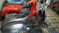 Mengurus motor tua, seperti Vespa, khususnya Vespa model tua memang butuh kecakapan dan kesabaran ekstra.