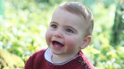 Pangeran Louis bermain di rerumputan rumahnya di Norfolk, Anmer Hall pada foto yang dirilis 22 April 2019. Foto ini menjadi yang pertama setelah pihak keluarga Pangeran William merilis sejumlah foto Pangeran Louis usai pembaptisan pada 9 Juli 2018. (THE DUCHESS OF CAMBRIDGE/KENSINGTON PALACE/AFP)