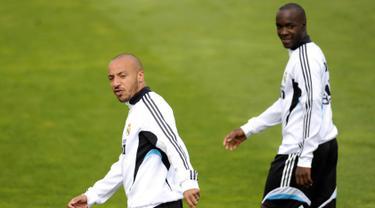 Gelandang Julien Faubert (kiri) dan Lassana Diarra saat mengikuti sesi latihan di Madrid pada tanggal 30 April 2009. Eks gelandang Madrid ini dalam waktu dekat akan mengumumkan dirinya menjadi Borneo FC. (AFP Photo/Pierre Philippe Marcou)