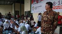 Mendagri Tjahjo Kumolo saat menyambangi gudang e-KTP di Bogor, Jawa Barat. (Liputan6.com/Achmad Sudarno)