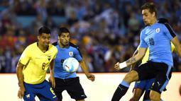 Pemain Uruguay, Sebastian Coates, saat mencetak gol ke gawang Ekuador dalam laga Kualifikasi Piala Dunia 2018 di Montevideo, Jumat (11/11/2016) pagi WIB. (AFP/Pablo Porciuncula Brune)