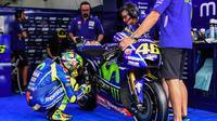 Pebalap Movistar Yamaha, Valentino Rossi, mengecek kondisi motor saat sesi latihan kedua jelang GP Malaysia di Sirkuit Sepang, Jumat (27/10/2017). Pada sesi ini pebalap Italia itu berada pada posisi keenam dengan waktu 13,071 detik. (AFP/Mohd RASFAN)