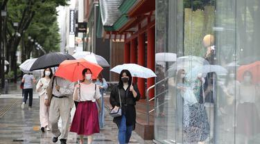 Orang-orang yang mengenakan masker melewati sebuah jalan di Shibuya-ku, Tokyo, Jepang (30/6/2020). Pemerintah kota metropolitan Tokyo mengonfirmasi 54 kasus infeksi baru COVID-19, menandai hari kelima berturut-turut penambahan kasus harian baru di ibu kota tersebut. (Xinhua/Du Xiaoyi)