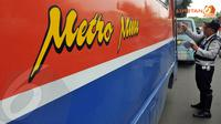 Petugas tampak memeriksa keabsahan dokumen yang dimiliki oleh supir Metromini (Liputan6.com/Johan Tallo)
