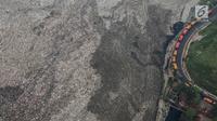 Pandangan udara terlihat truk membawa sampah di TPST Bantar Gebang, Bekasi, Jawa Barat, Selasa (4/6/2019). Proses perapian tumpukan sampah telah dilakukan dengan baik oleh UPST Bantargebang Dinas Lingkungan Hidup Provinsi DKI Jakarta. (Liputan6.com/Faizal Fanani)
