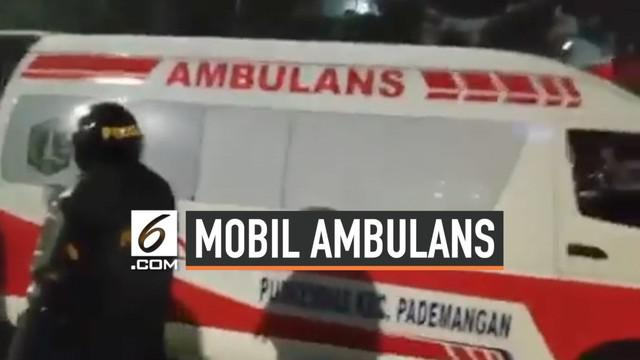 Sejumlah mobil ambulans diperiksa polisi di dekat gardu tol Pejompongan karena diduga bawa batu dan bensin. Peristiwa ini tampak dalam video tmcpoldametro yang diunggah dalam akun instagramnya.