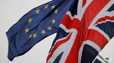 Bendera Inggris dan Uni Eropa.