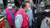 Foto: Mantan Wali Kota Kupang Jonas Salean dan mantan kepala BPN Kota Kupang Thomas More saat digiring ke mobil tahanan (Liputan6.com/Ola Keda)