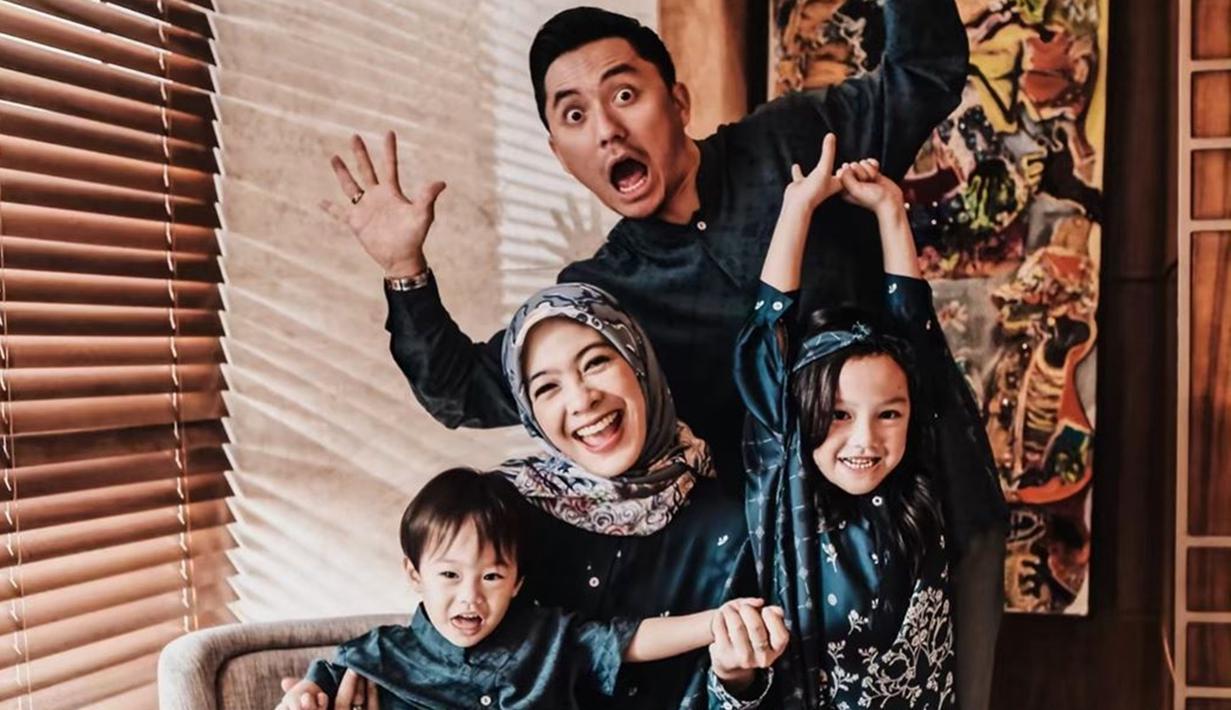 Sebelum mereka memutuskan untuk menikah, Omesh dan Dian Ayu telah berpacaran terlebih dahulu selama 3 tahun. Dan kini mereka telah hidup bahagia dengan kedua anaknya. Bahkan keluarga kecil ini selalu tampak harmonis satu sama lain.(Liputan6.com/IG/@omeshomesh)