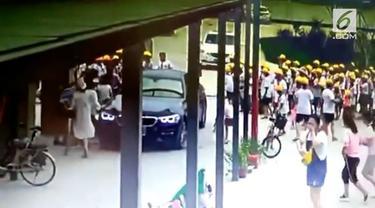 Mobil BMW yang dikendarai seorang guru menabrak antrean siswa. Akibatnya enam siswa terluka.