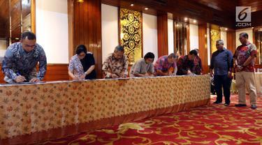 Ketua KPU Arief Budiman bersama Komisioner KPU Hasyim Asy'ari menyaksikan penandatanganan pakta integritas para panelis debat kedua capres Pemilu 2019, di Jakarta, Sabtu (9/2). (Liputan6.com/Johan Tallo)
