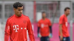 Gelandang baru Bayern Munchen, Philippe Coutinho membawa bola saat sesi latihan di Munich, Jerman selatan (20/8/2019). Munchen meminjam Coutinho dari Barcelona selama satu musim dengan biaya 8,5 juta euro atau sekitar Rp 134,3 miliar. (AFP Photo/Christof Stache)