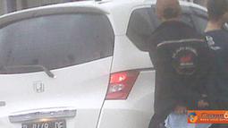 Citizen6, Senayan: Mungkin pengendara mobil sedang mengantuk atau melamun, beruntung dalam kejadian tersebut tidak ada korban jiwa. (Pengirim: Puspitaningtyas)