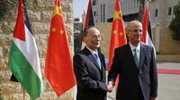 Wakil Presiden China Wang Qishan (kiri) berjabat tangan dengan Perdana Menteri Otorita Palestina Rahmi Hamdalah di Kota Ramallah (AP/Abbas Momani)