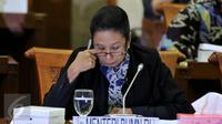 Menteri BUMN Rini Soemarno saat mengikuti Rapat Kerja dengan Komisi VI, Jakarta, Selasa (6/10/2015). Komisi VI menyetujui tambahan penyertaan modal negara (PMN) kepada 23 BUMN senilai Rp.34,32 triliun.(Liputan6.com/Johan Tallo)