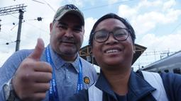 Asyik, ketemu lagi sama legenda sepak bola dunia, kali ini adalah kiper yang rajin cetak gol asal Paraguay, Jose Luis Chilavert. Momen ini wajib untuk dibikin selfie, kapan lagi ketemu legenda yang eksentrik ini. (Bola.com/Okie Prabhowo)