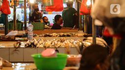 Aktivitas jual beli ikan di Pasar Senen, Jakarta, Jumat (8/1/2021). Harga jual ikan laut saat ini mengalami lonjakan yang diakibatkan kurangnya pasokan ikan dari nelayan ke pedagang di pasar tradisional. (merdeka.com/Imam Buhori)