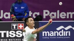 Pebulutangkis Indonesia, Jonatan Christie, saat melawan wakil China Taipei, Chou Tien Chen, pada final tunggal putra bulutangkis di Istora Senayan, Selasa (28/8/2018). (Bola.com/Peksi Cahyo)
