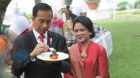 Presiden Jokowi dan Ibu Negara, Iriana Joko Widodo mencicipi masakan Pemenang Lomba Masak Ikan Nusantara 2017 di halaman Istana Kepresidenan, Jakarta, Selasa (15/8). Lomba ini dalam rangka 72 tahun Kemerdekaan Republik Indonesia. (Liputan6.com/Pool)