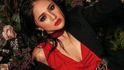 Seperti pemotretan terbarunya yang ia unggah di Instagram miliknya ini. Gunakan gaun merah dengan outer hitam, Marshanda tampil garang dengan makeup tebal serta polesan merah di bibirnya. (Liputan6.com/IG/@marshanda99)