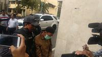 Pria ancam penggal kepala Jokowi digelandang ke Polda Metro Jaya. (Ronald/Merdeka.com)