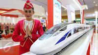 Model berdiri di samping kereta cepat Jakarta-Bandung saat Indonesia Bussiness and Development Expo 2016 di, Jakarta, Kamis (8/9). PT Kereta Cepat Indonesia-Cina menargetkan pembangunan beroperasi pada 2019. (Liputan6.com/Fery Pradolo)
