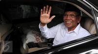 Anggota Dewan Pertimbangan Presiden (Watimpres) KH. Hasyim Muzadi melambaikan tangan saat akan meninggalkan gedung KPK, Jakarta, Senin (18/1). Kedatangan Hasyim Muzadi ke KPK dalam rangka silaturahmi dengan lima pimpinan KPK. (Liputan6.com/Helmi Afandi)
