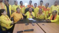 Sekjen Partai berkarya, Priyo Budi Santoso, bersama kader partai