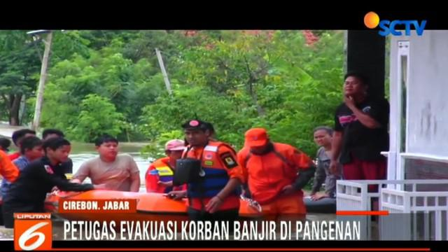 Petugas Badan Penanggulangan Bencana Daerah (BPBD) Kota Cirebon mengevakuasi para warga yang terendam banjir.