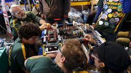 Tim dari SMA Patrick mempersiapkan robot mereka dalam kompetisi robot San Diego Regional FIRST Robotics di Del Mar, California (4/3). Kompetisi tahunan San Diego ke-10 ini diikuti oleh puluhan tim dari SMA di AS. (REUTERS / Mike Blake)