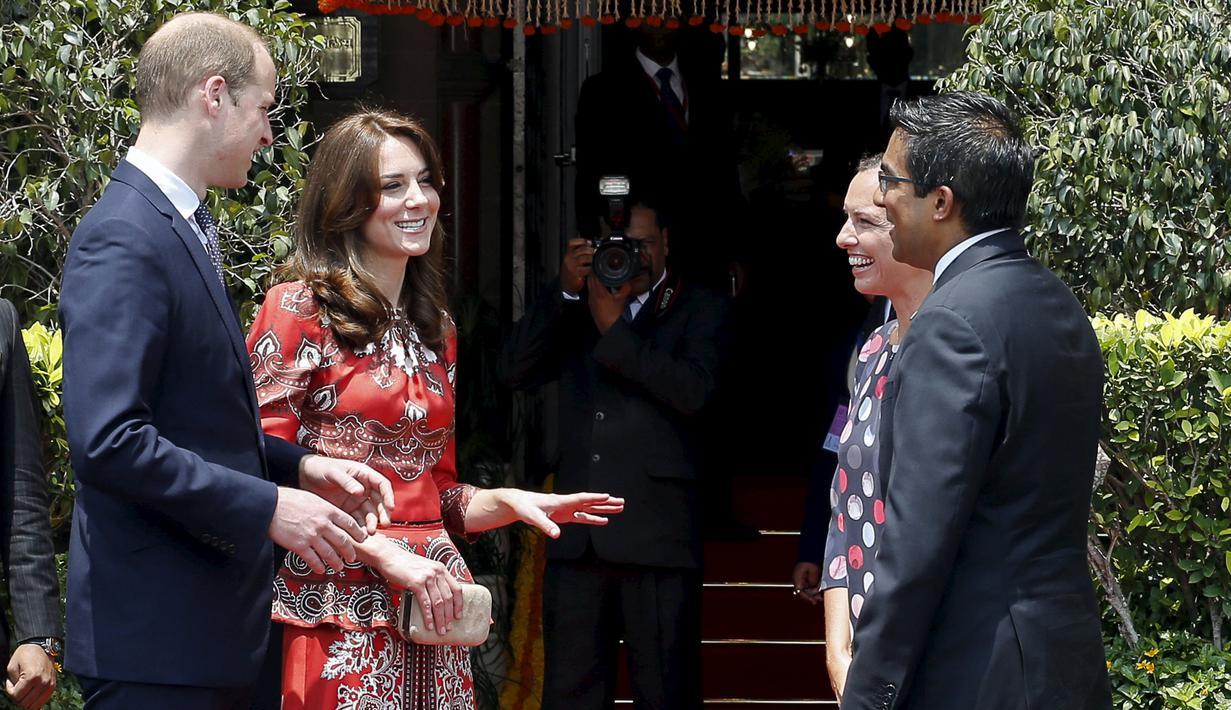 Pangeran William dan istrinya Kate Middleton Duchess of Cambridge berbincang dengan staf hotel saat tiba di  hotel Taj Mahal Palace, Mumbai , India , (10/4). Pangeran William melakukan kunjungan ke India bersama istrinya. (REUTERS / Danish Siddiqui)