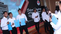 Sejumlah atlet berfoto usai upacara penyerahan SK CPNS di Wisma Kemenpora, Jakarta, Selasa ((2/4). 286 atlet berprestasi menerima SK pengangkatan sebagai CPNS di lingkungan Kemenpora. (Liputan6.com/Helmi Fithriansyah)