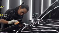 Proses coating nano ceramic pada bodi mobil. (Scuto)