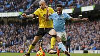 Gelandang Manchester City, Raheem Sterling, berebut bola dengan gelandang Aston Villa, Alan Hutton. Jalannya laga dikuasai ole City dengan penguasaan bola 70 persen. (Reuters/Jason Cairnduff)