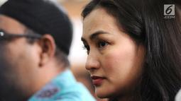 Artis Atiqah Hasiholan yang juga anak Ratna Sarumpaet saat mengikuti jalannya sidang dakwaan perdana atas kasus penyebaran berita hoaks di PN Jakarta Selatan, Kamis (29/2). Agenda sidang pembacaan dakwaan dari JPU. (Liputan6.com/Herman Zakharia)